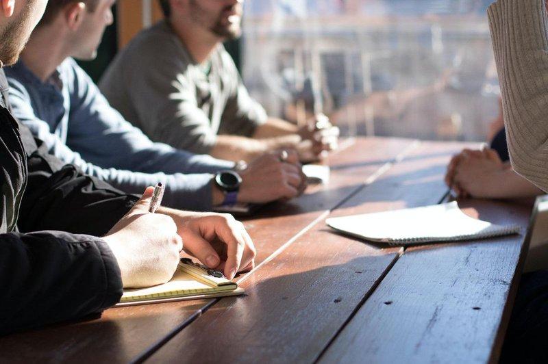 Företagare diskuterar under corona krisen.jpg